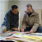 与列宾美院库尔果夫教授在探讨素描作品